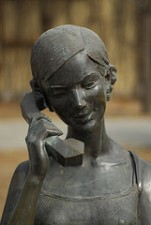 Statue talking on the phone (foto via Flickr by gadgetdan)